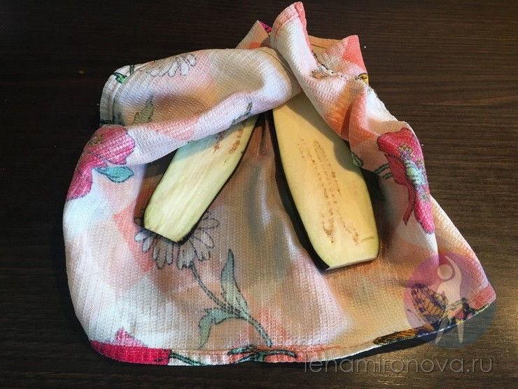 баклажаны на кухонном полотенце