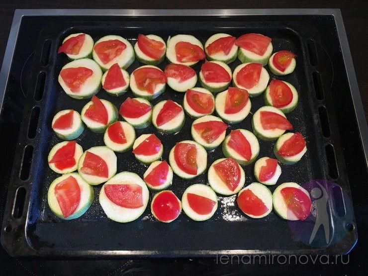 кабачки с помидорами на противне