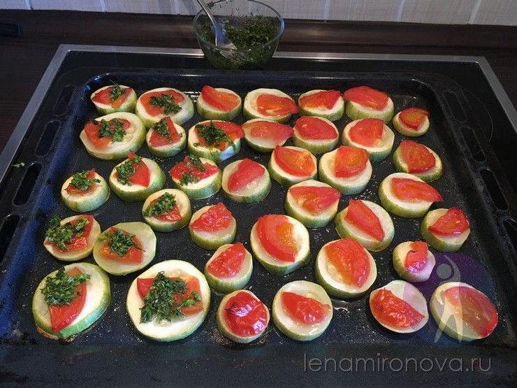 кабачки с помидором и зеленью на противне