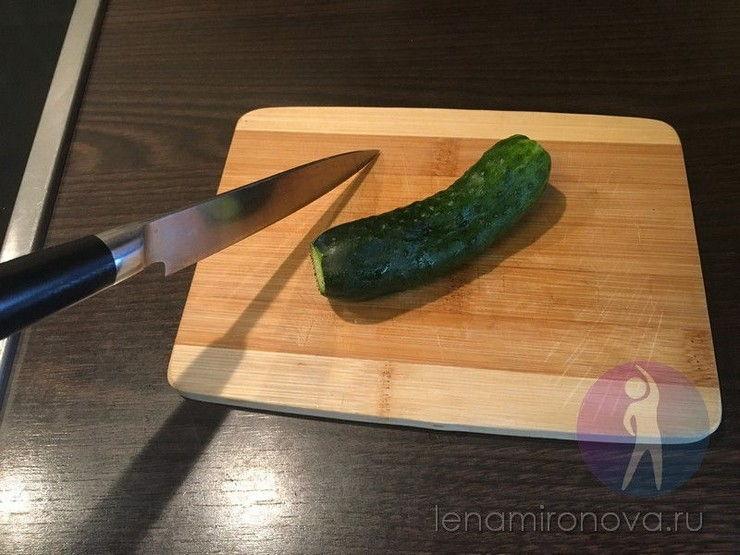 огурец на разделочной доске и нож