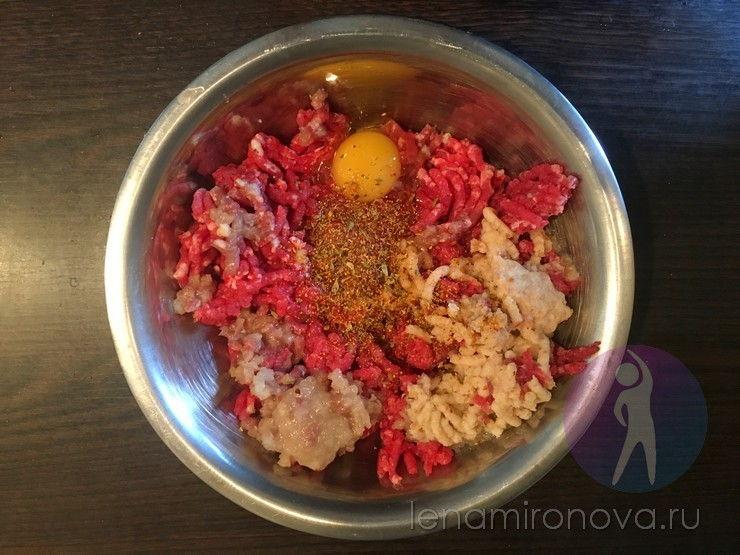 миска с перекрученным мясом и яйцом