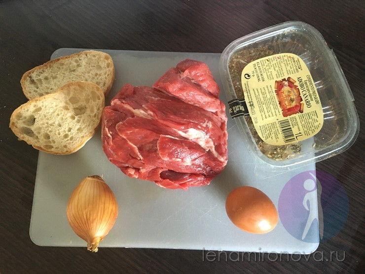 Мясо, лук, яйцо, булка и специи