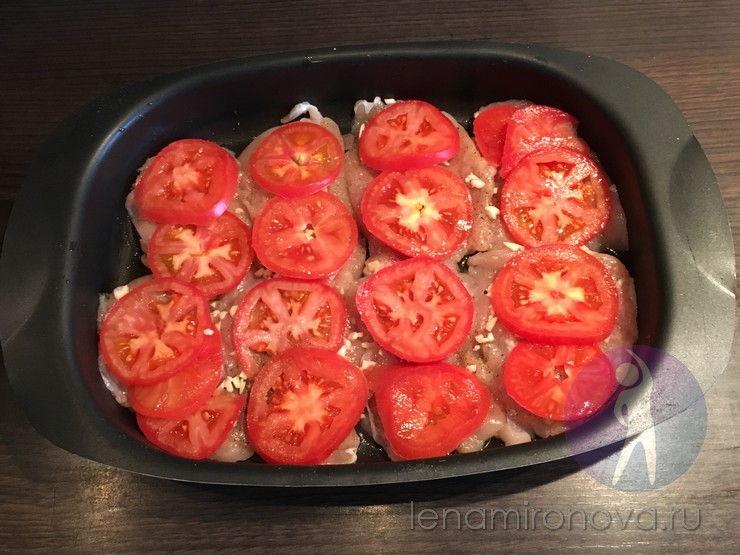 лоток с мысом куры и помидорами кружками