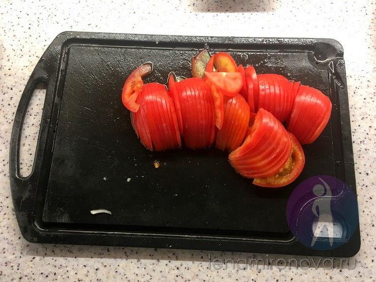 помидоры в нарезке на доске