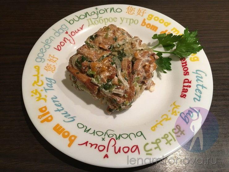 готовые грибы на тарелке