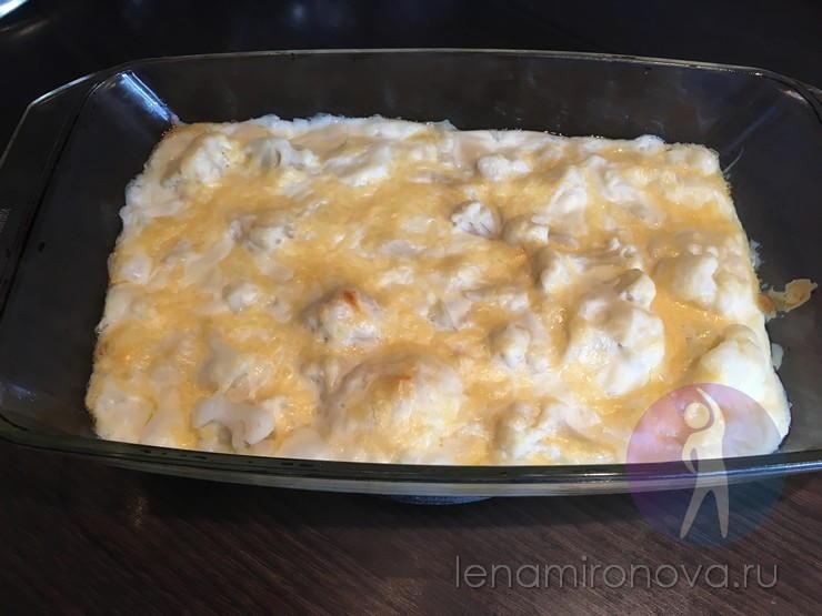 расплавленный сыр на запеченных овощах