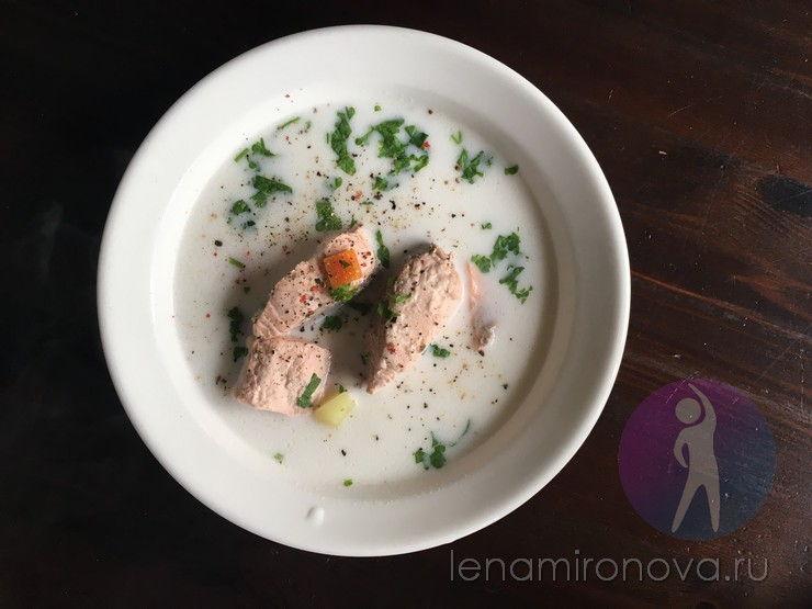 уха с красной рыбой в тарелке
