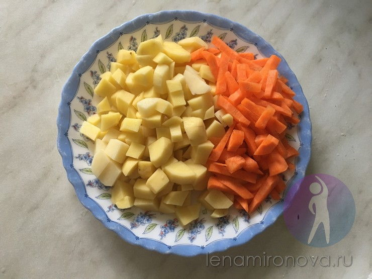 сырые морковь и картофель на тарелке