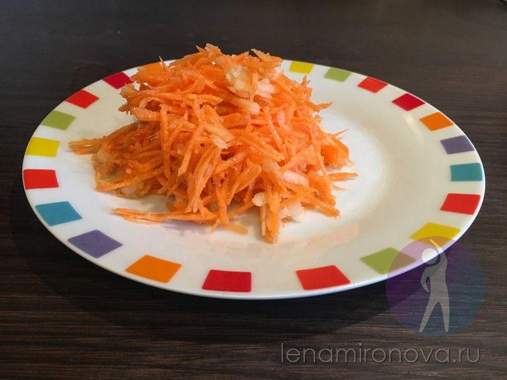салат из моркови на тарелке