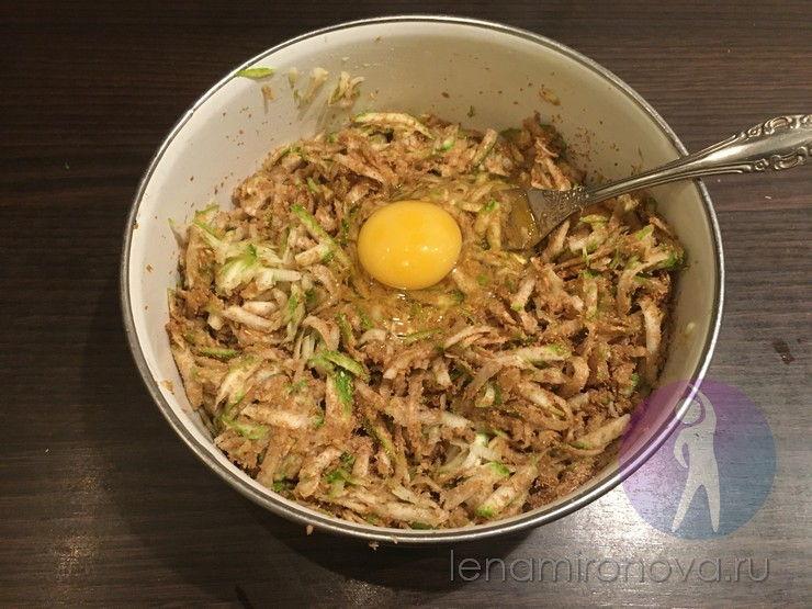 смесь из кабачка, отрубей и яйца