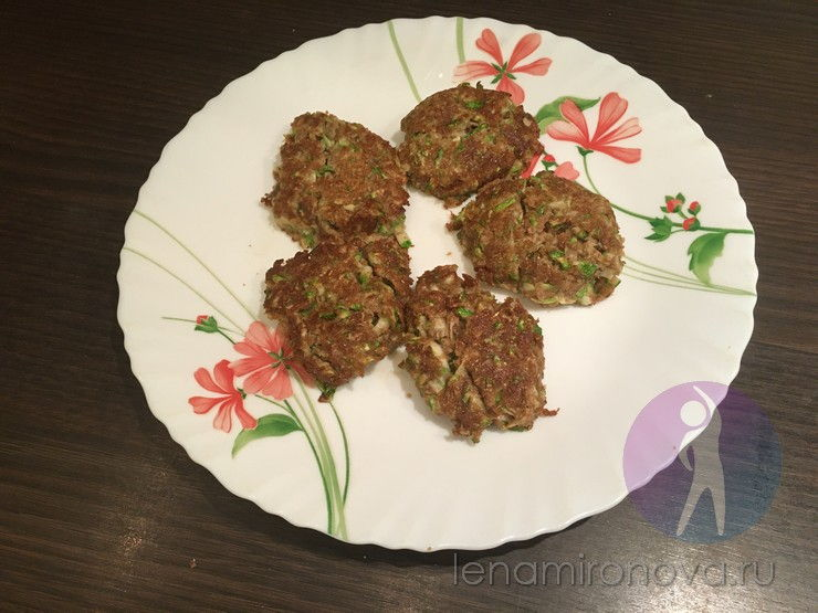 тарелка с оладьями из кабачков