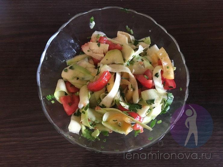 салат со свежими кабачками и помидорами