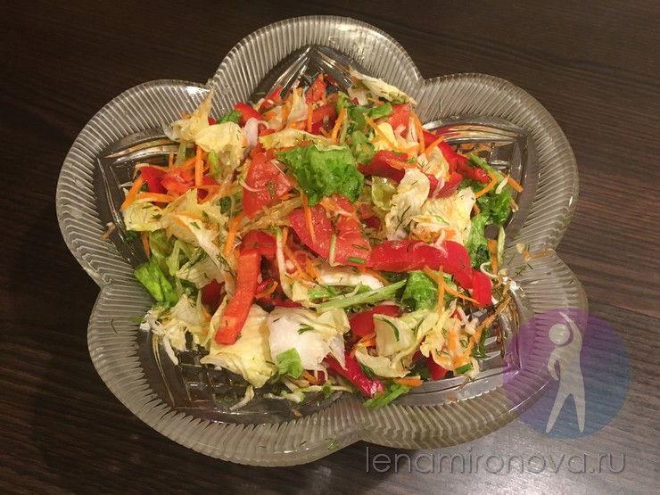 хрустальная салатница с салатом