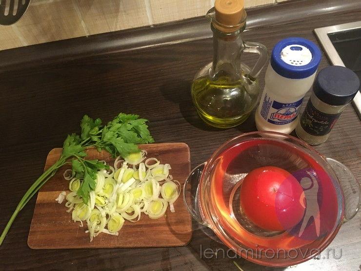 нарезанный лук-порей и томат