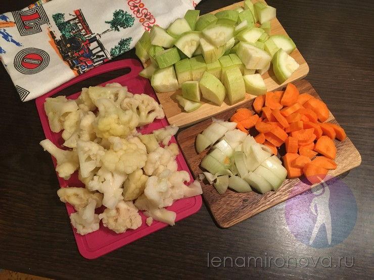 нарезанные цветная капуста, кабачок, лук. морковь