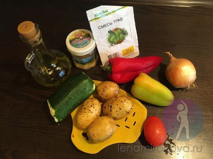 свежие кабачок, картофель, перец, помидор и лук
