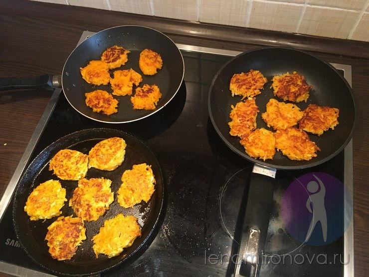 3 сковороды с оладьями