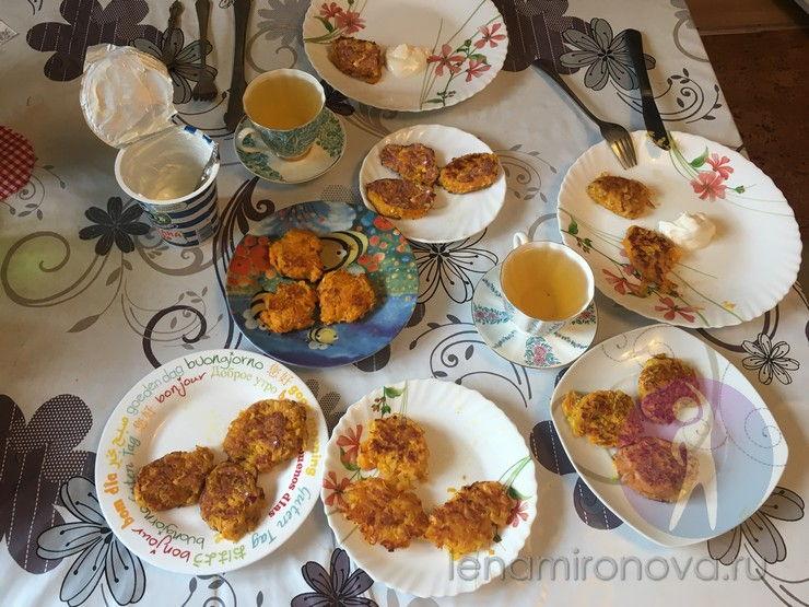 накрытый стол с оладушками, чаем и сметной