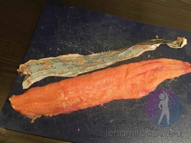 филе и шкура красной рыбы на доске