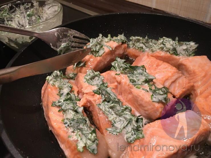 красная рыба с зеленью на сковороде