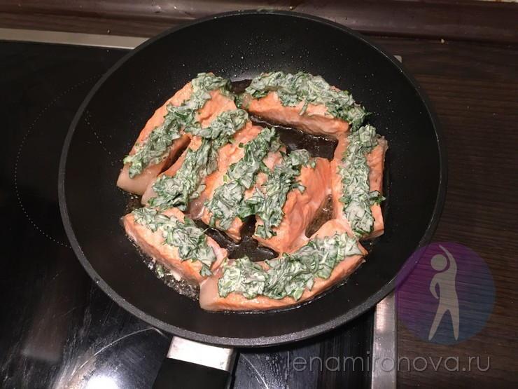 Лосось с зеленью на сковороде