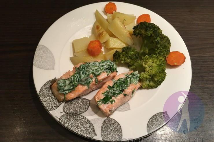 Красная рыба с зеленым соусом и овощами