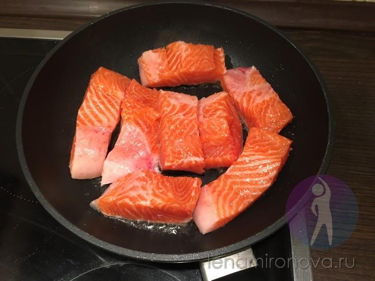 Красная рыба на сковороде