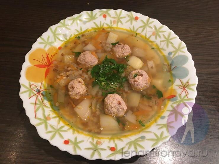 Суп с мясными кнели в тарелке