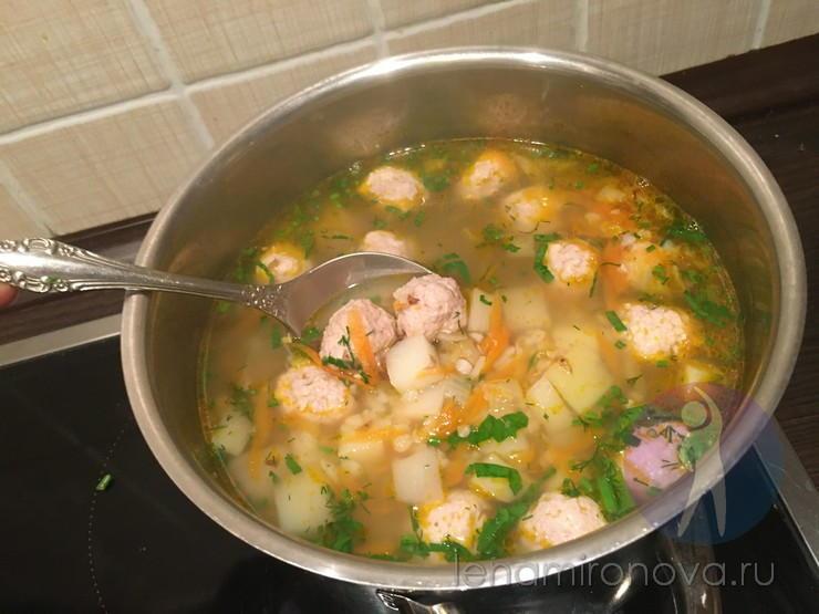 суп с фрикадельками в кастрюле