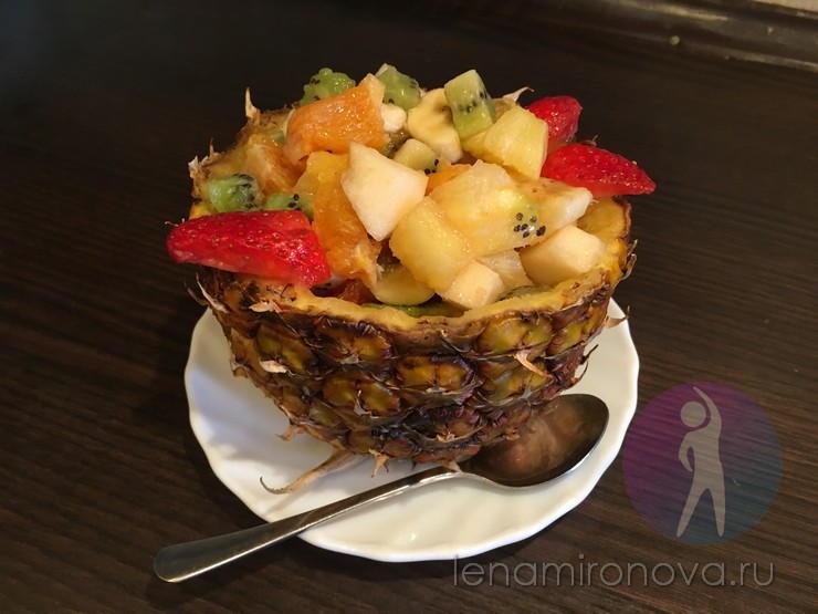 десерт в половинке ананаса