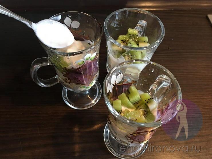 киви и йогурт в стаканах