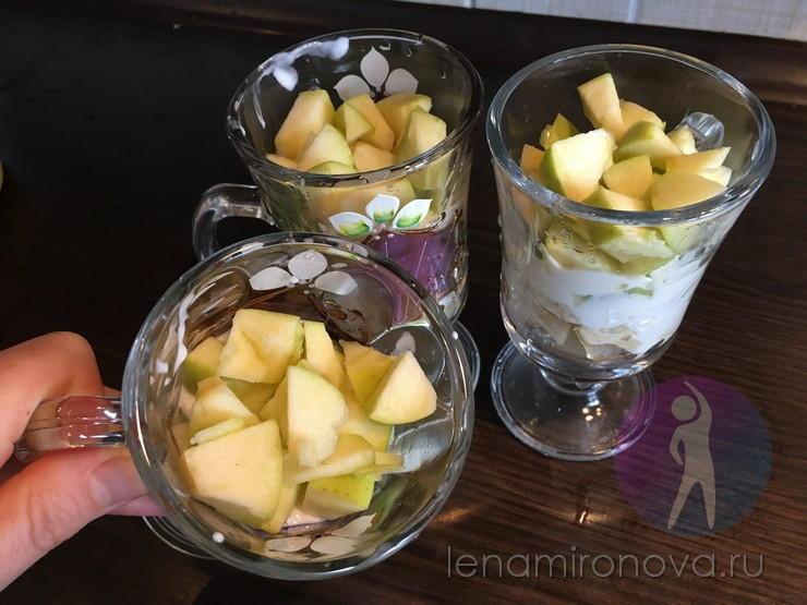 нарезанные яблоки в стаканах