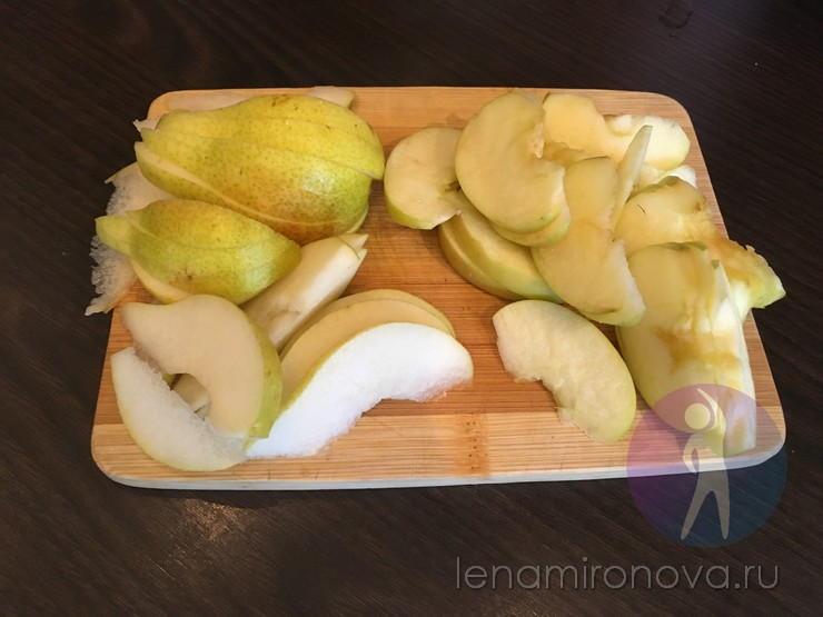 дольки яблок и груш на доске