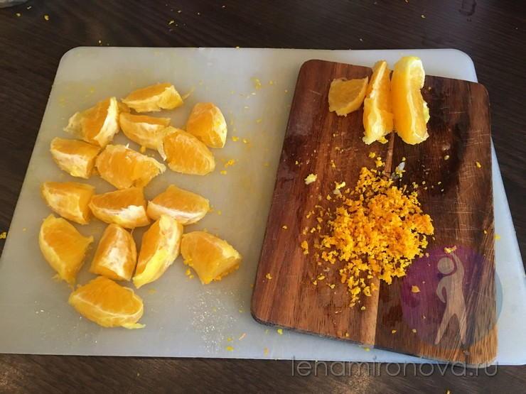 Нарезанные дольки апельсина и цедра