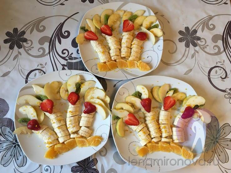 три тарелки с десертом из фруктов
