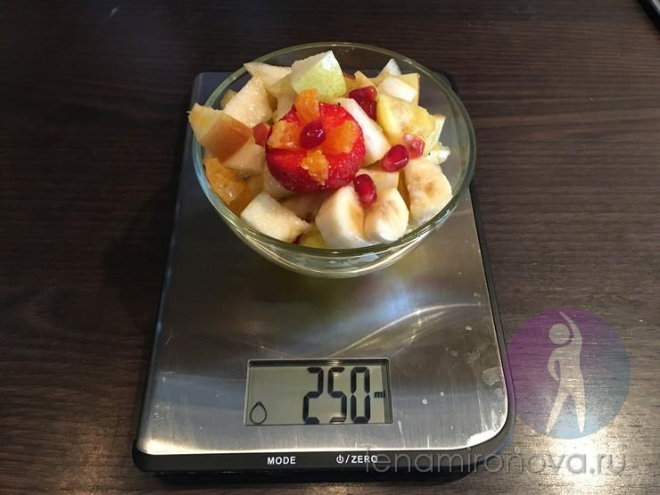 салат из фруктов на весах