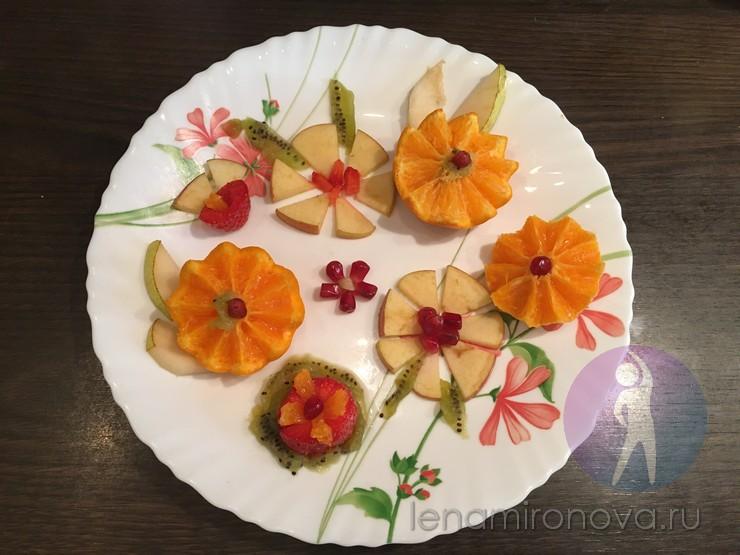 фрукты в виде цветов на тарелке