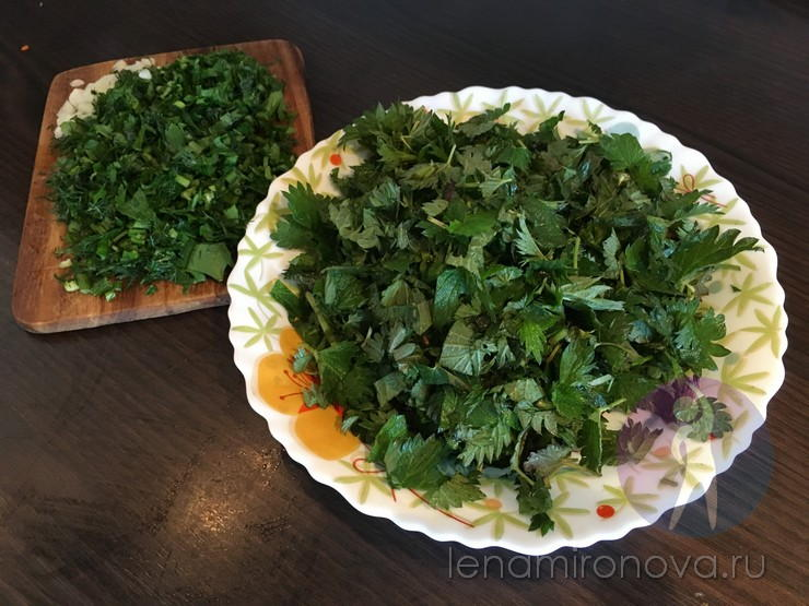 нарезанная зелень на тарелке