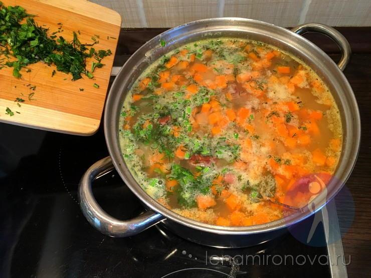 зелень насыпают в кастрюлю с супом