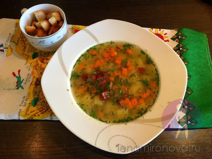 тарелка супа и чашка с гренками