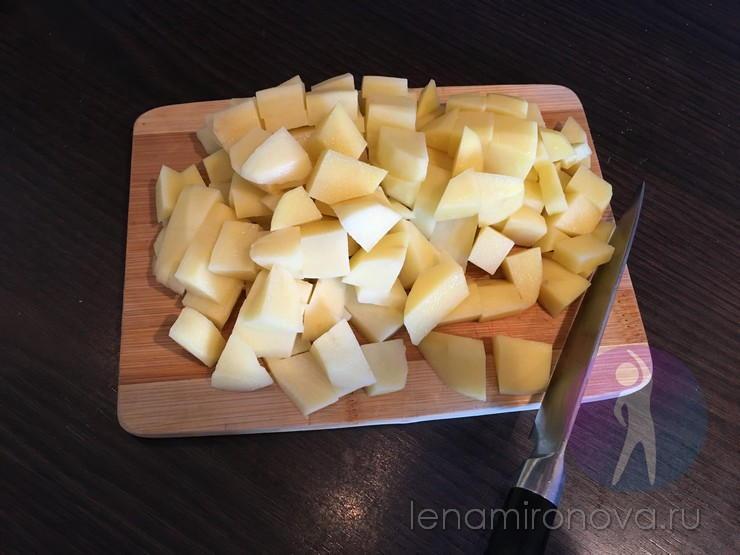Сырой нарезанный картофель на доске