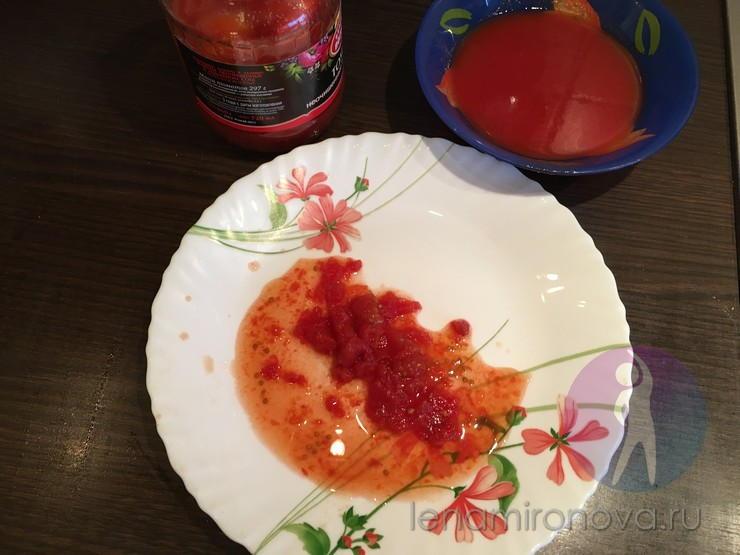 помидор с соком на тарелке